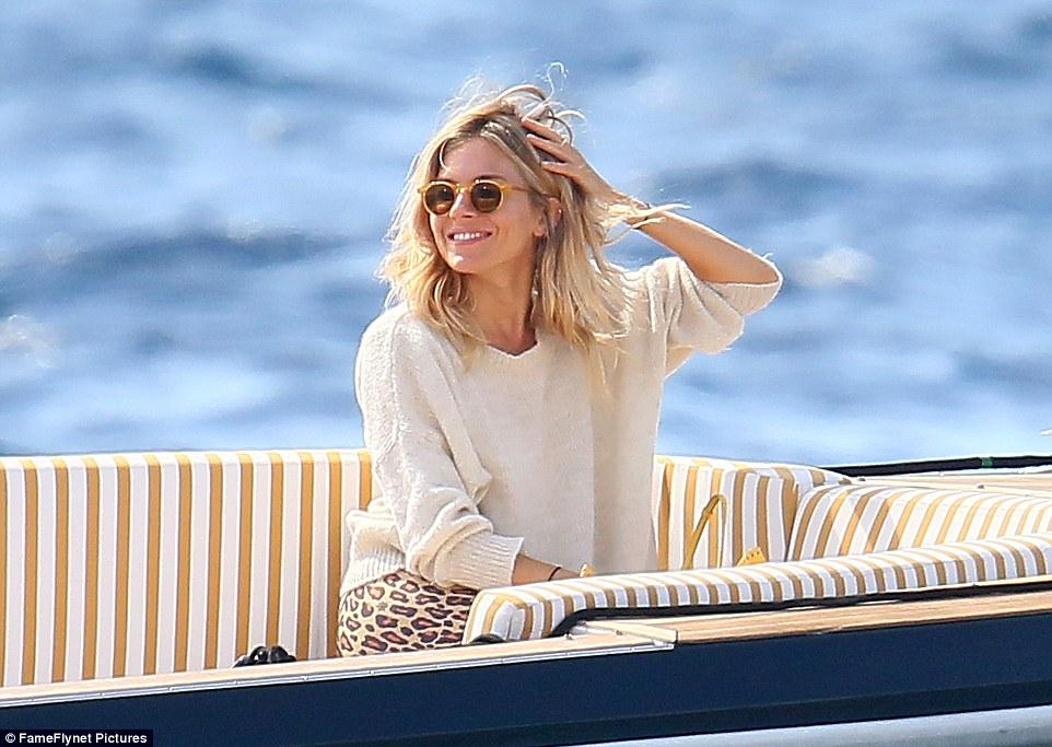 vida do barco: Um sorriso Sienna Miller foi vista chegando à frente do casamento em um pequeno barco de sexta-feira
