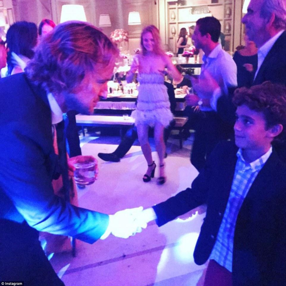 O partido para baixo: Groomsman Owen Wilson aperta a mão do filho de Aby Rosen Baker no casamento.  Aby Rosen é um magnata imobiliário que vive em Nova York