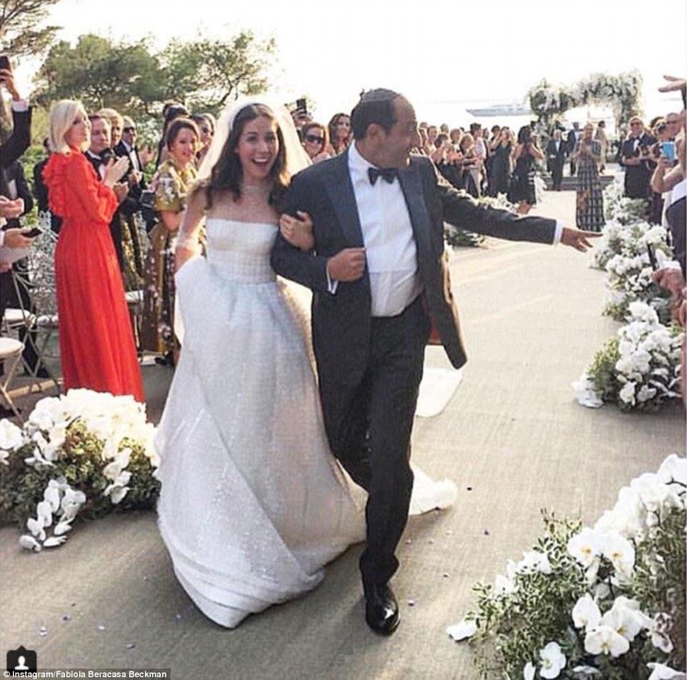 Dia mais feliz: A noiva eo noivo como eles fazem o seu caminho até o altar, sob aplausos dos convidados