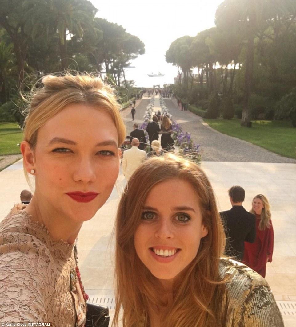 Sorrir!  Outros convidados incluíram Karlie Kloss, bem como a princesa Beatrice, que apareceram juntos em um selfie tomadas pelo modelo