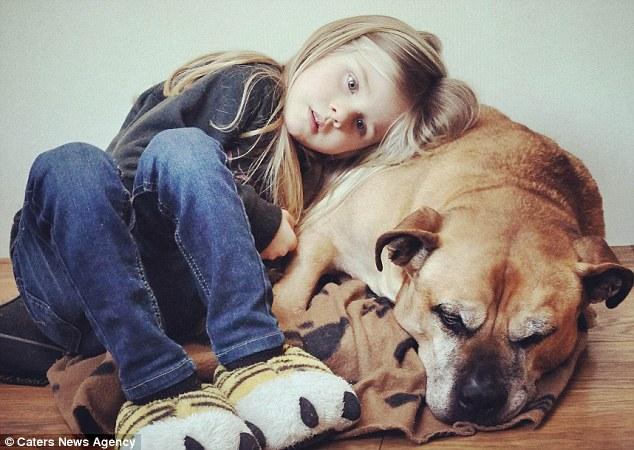Lynn Bakker Sáu tuổi Cuddles lên đến con chó của mình Jaden trong những giây phút cuối cùng của ông trước khi ông được đưa vào giấc ngủ